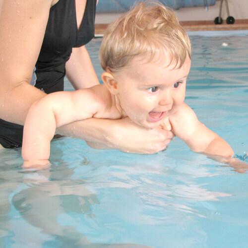 babyschwimmen-kurs-mit-baby-ins-wasser